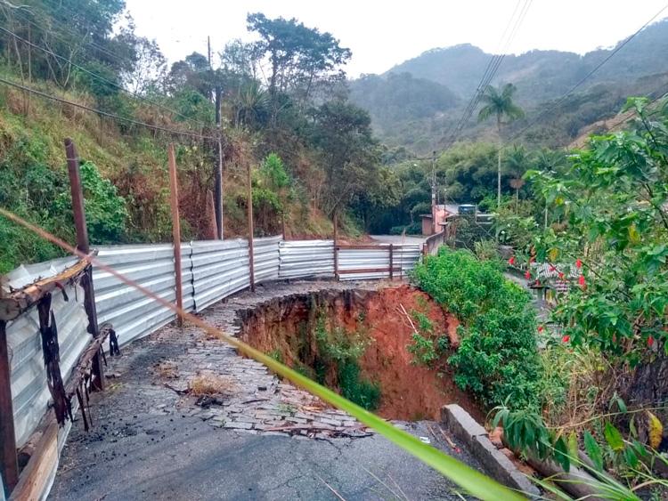 A cratera na estrada Velha de Amparo (Foto: Henrique Pinheiro)
