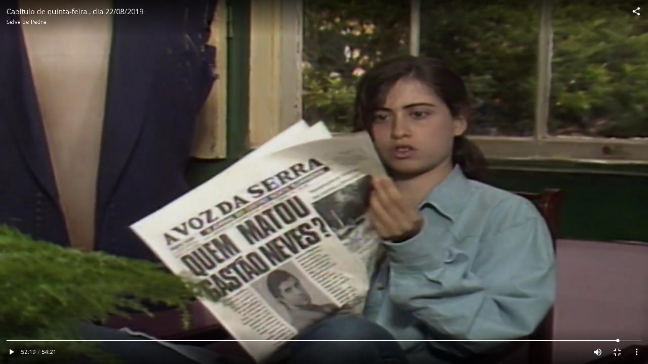 Uma jovem Fernanda Torres folheia o jornal A VOZ DA SERRA (Reprodução de vídeo)
