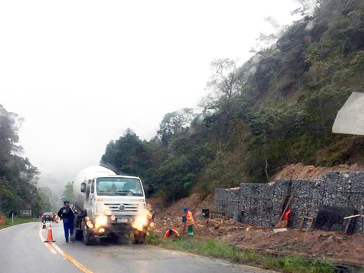 DER faz obras em encostas no trecho Mury-Lumiar da RJ-142