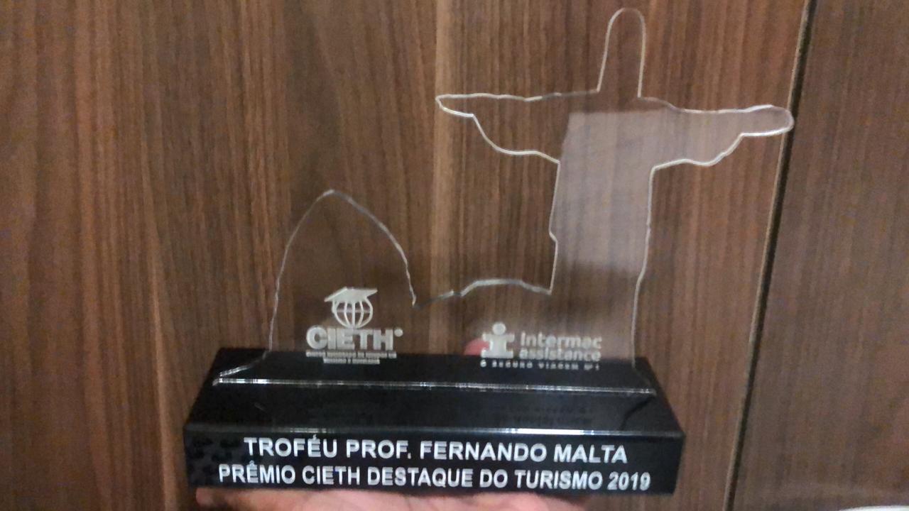 O troféu conquistado por Friburgo (Fotos: Divulgação)