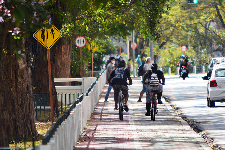 Ciclistas na via compartilhada (Fotos: Henrique Pinheiro)