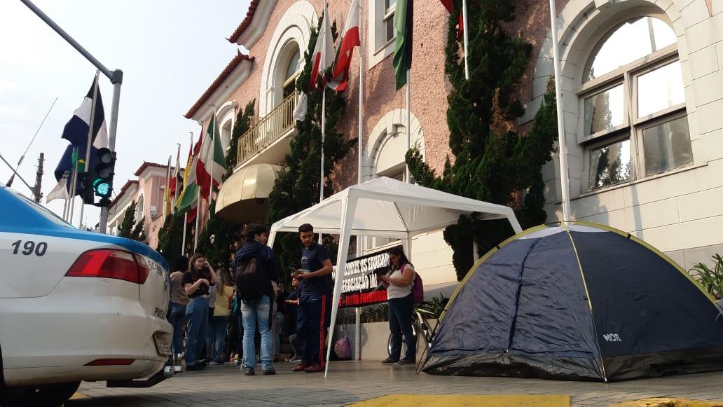 O acampamento montado pelos grevistas em frente à prefeitura (Fotos: Fernando Moreira)