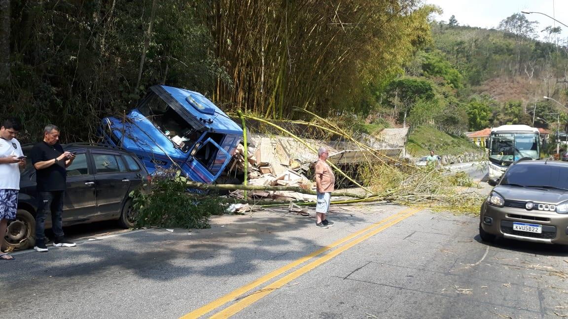 A carreta após o estrago no sábado (Fotos de leitores)