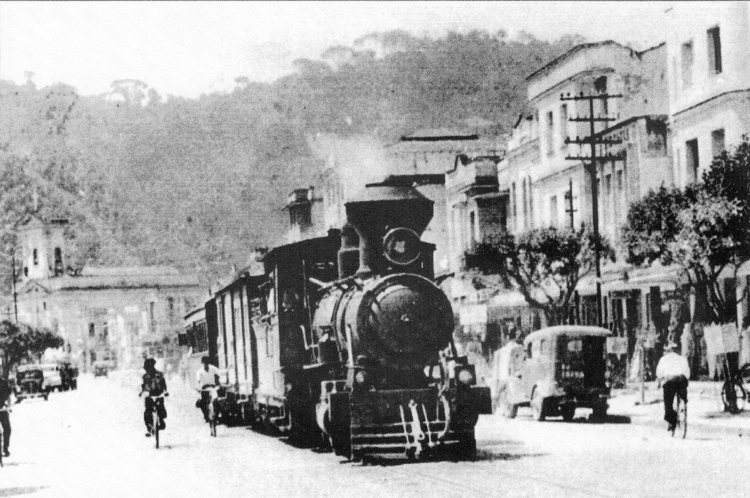 O trem pelas ruas de Nova Friburgo (Acervo Fundação D. João VI)