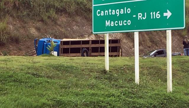 O caminhão tombado na posta (Foto de leitor)