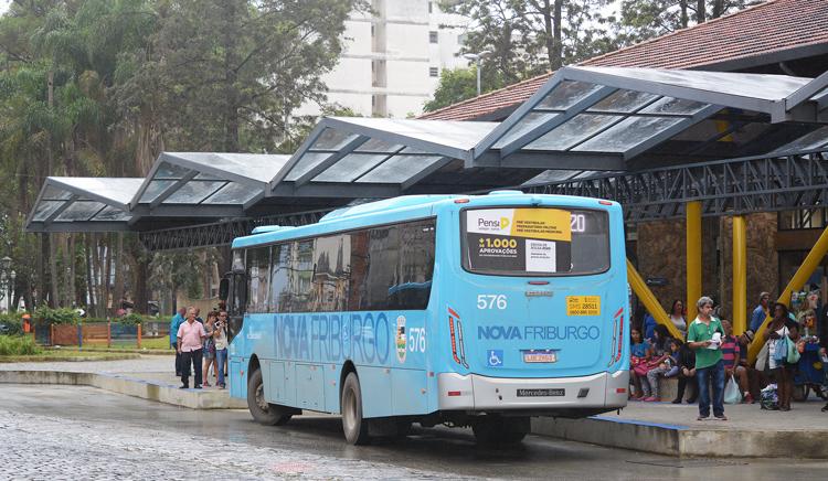 Ônibus encosta no lado Norte da Estação Livre (Fotos: Henrique Pinheiro)