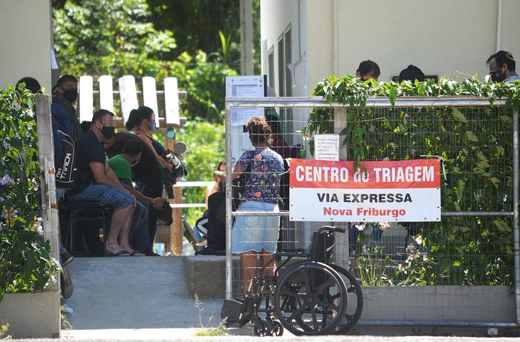 A fila no Centro de Triagem da Via Expressa nesta terça (Fotos de Henrique Pinheiro e de leitores)