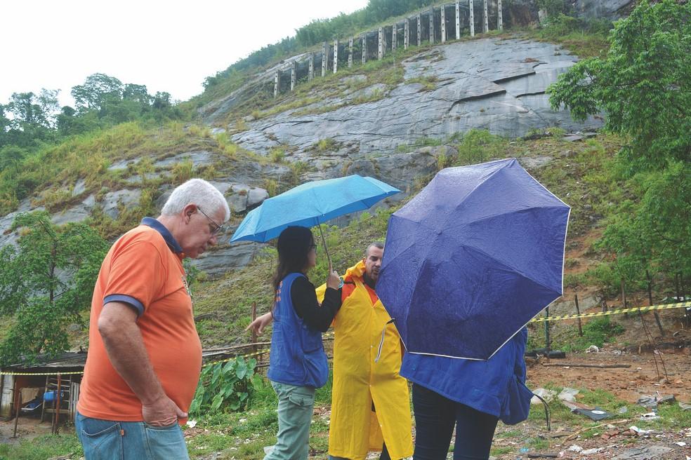 A vistoria das geólogas (Arquivo AVS/ Henrique Pinheiro)