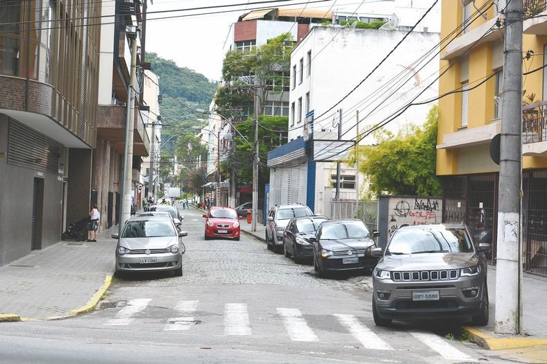 Carros estacionados na calçada na Rua Ernesto Brasílio, no Centro (Fotos: Henrique Pinheiro)