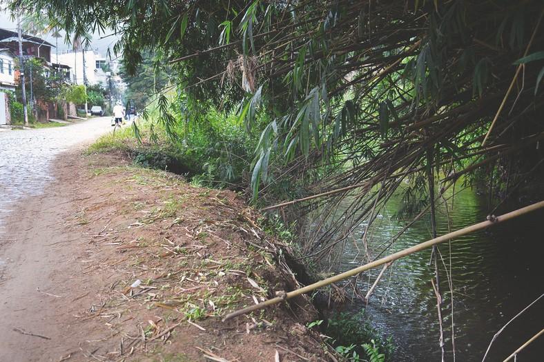 O Córrego Dantas, no Jardim Califórnia, no trecho que margeia a Rua Lafayette Bravo Filho (Fotos: Henrique Pinheiro)
