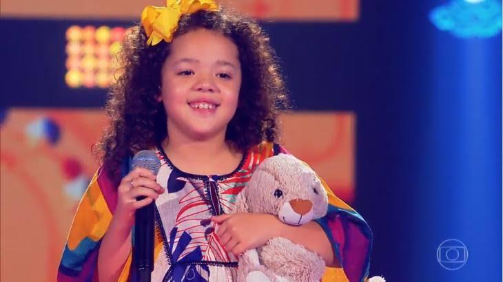 Carol no The Voice Brasil Kids (Fotos: Reprodução da web/ TV Globo)