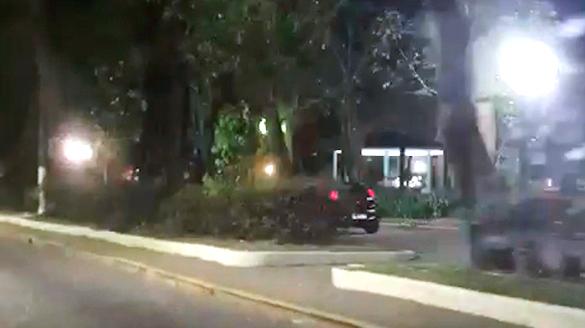 O carro na praça, perto do coreto (Reprodução de vídeo)