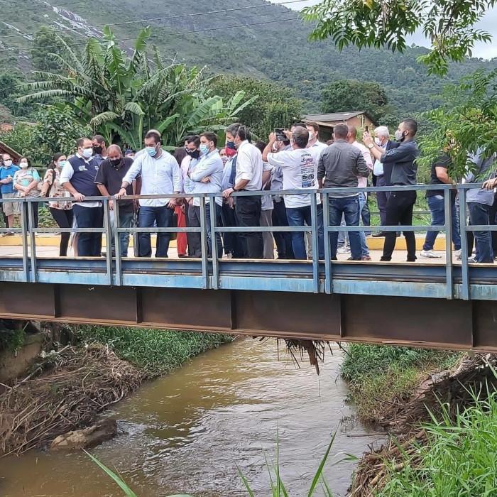 Castro e comitiva em Córrego Dantas (Divulgação)