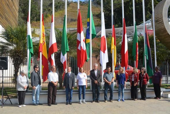 Os presidentes das dez colônias friburguenses, tendo ao centro o secretário de Cultura, Mario Jorge (Arquivo AVS)