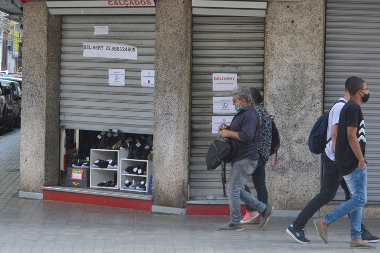 Comércio à meia-porta em Friburgo durante a pandemia (Arquivo AVS/ Henrique Pinheiro)