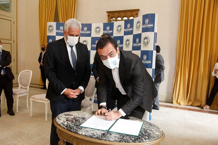 O secretário estadual de Educação, Comte Bittencourt, e o governador Cláudio Castro assinam o Rio+Alfabetizado (Foto: Luís Cláudio Alvarenga)