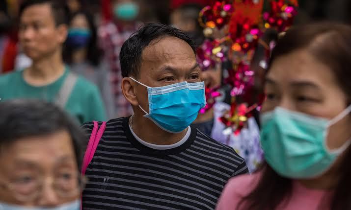 Chineses protegidos nas ruas (Reprodução da web)