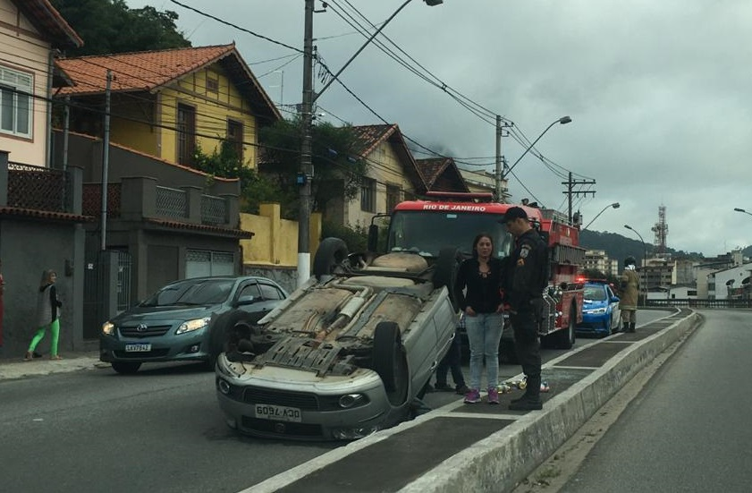 O carro capotado no viaduto (Foto de leitor)