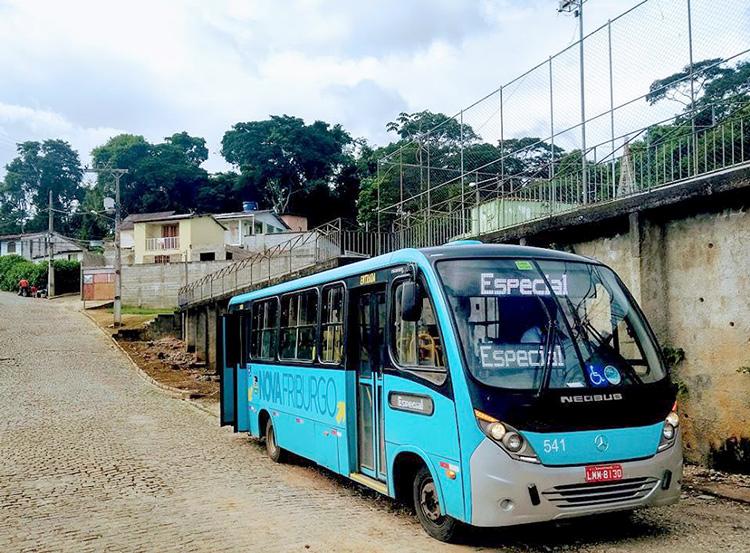 O micro-ônibus usado pelos moradores (Foto do leitor Evandro Rocha)