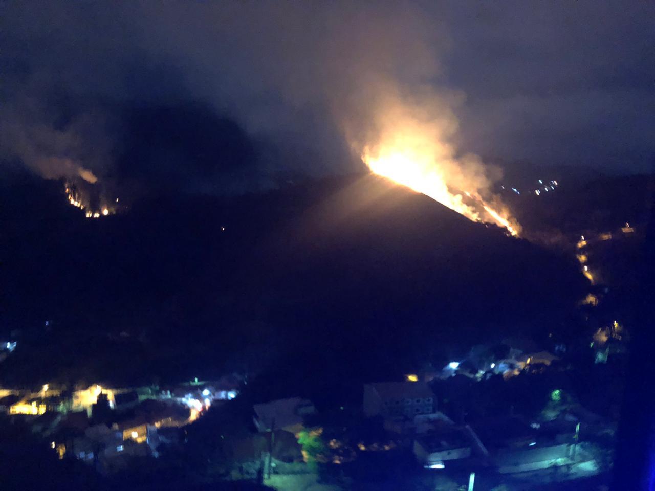 Incêndios nas montanhas vistos do alto do Bairro Suíço (Foto da leitora Lia Rodrigues)