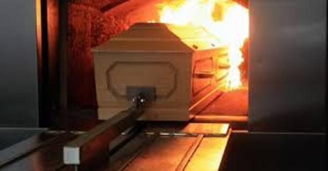 Caixão é colocado dentro de um forno crematório: temperatura de cerca de mil graus (Reprodução da web)