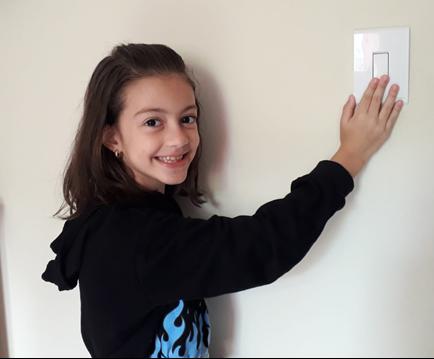 Sophia, de 8 anos, paga a luz sempre que pode (Fotos de divulgação)