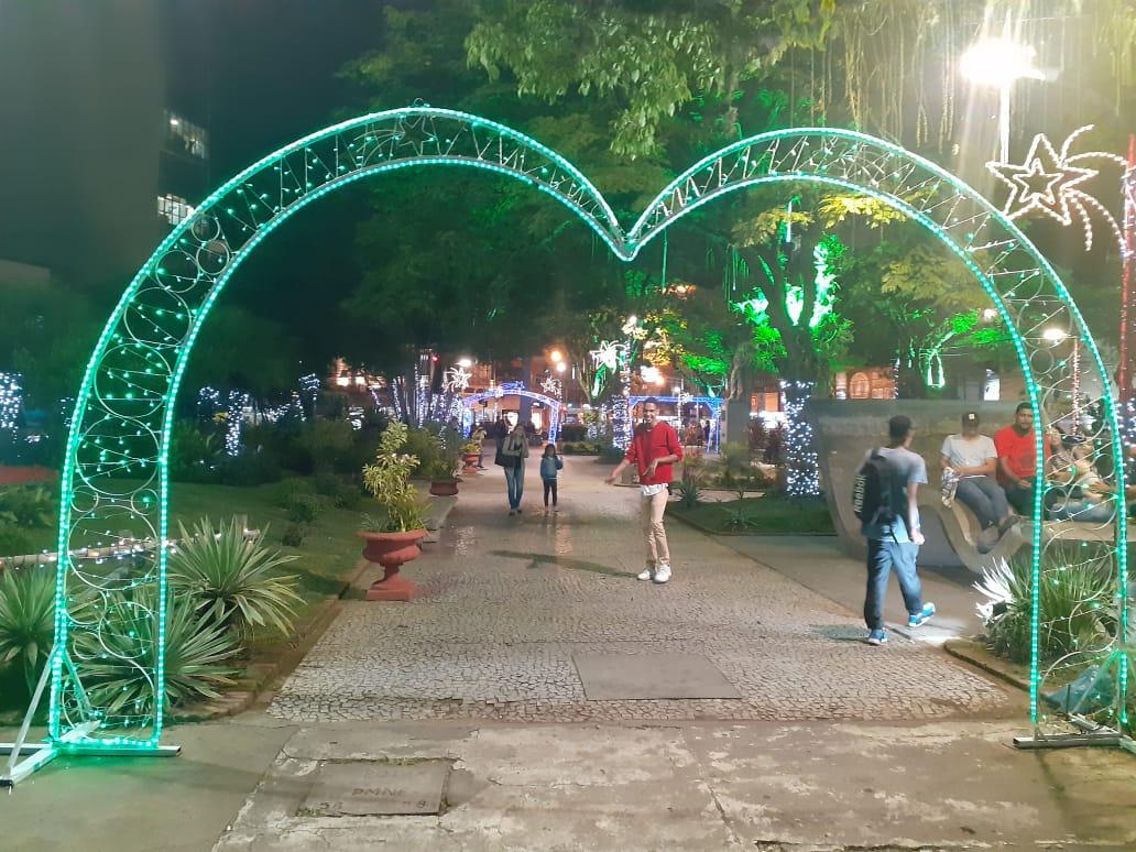 A Praça Dermeval Barbosa Moreira iluminada para o Natal (Fotos: Adriana Oliveira)