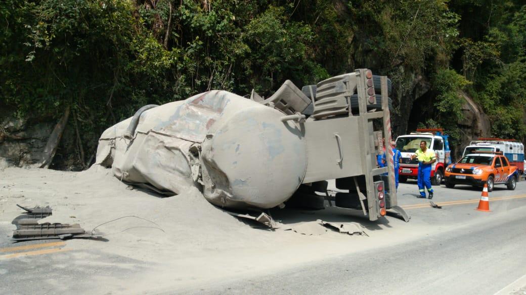 A carreta tombada e o cimento esparramado na pista da RJ-116 (Divulgação)