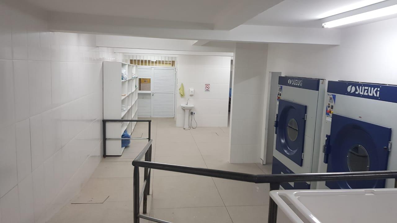 A lavanderia com equipamentos que não podem ser ligados (Fotos: Adriano Machado/ Conselho Municipal de Saúde)