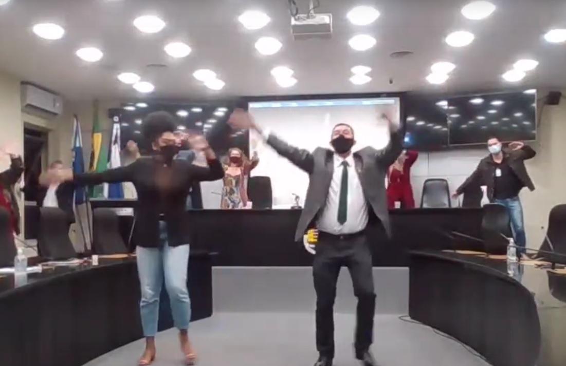 A dancinha no final da sessão (Reprodução da web)