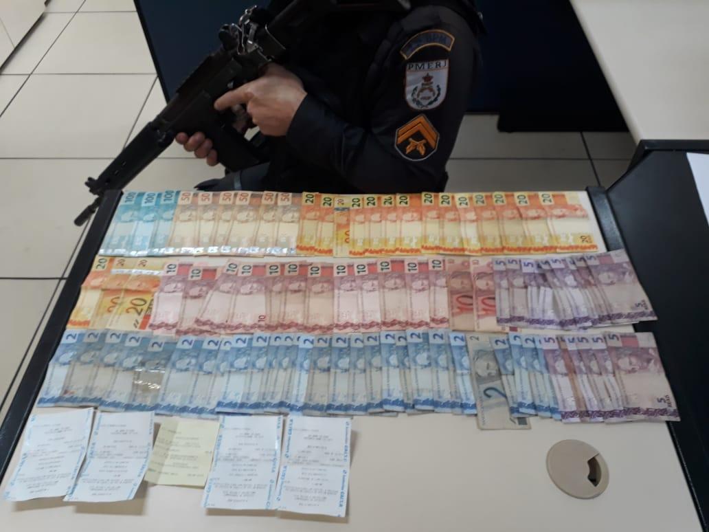 O dinheiro do tráfico apreendido com o menor (Foto: 11 BPM)