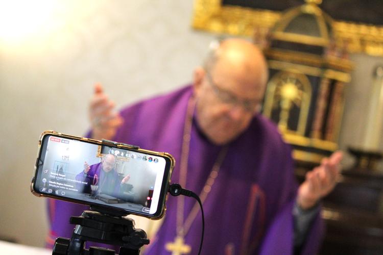Dom Paulo Antônio De Conto celebra missa pela internet (Divulgação Diocese)