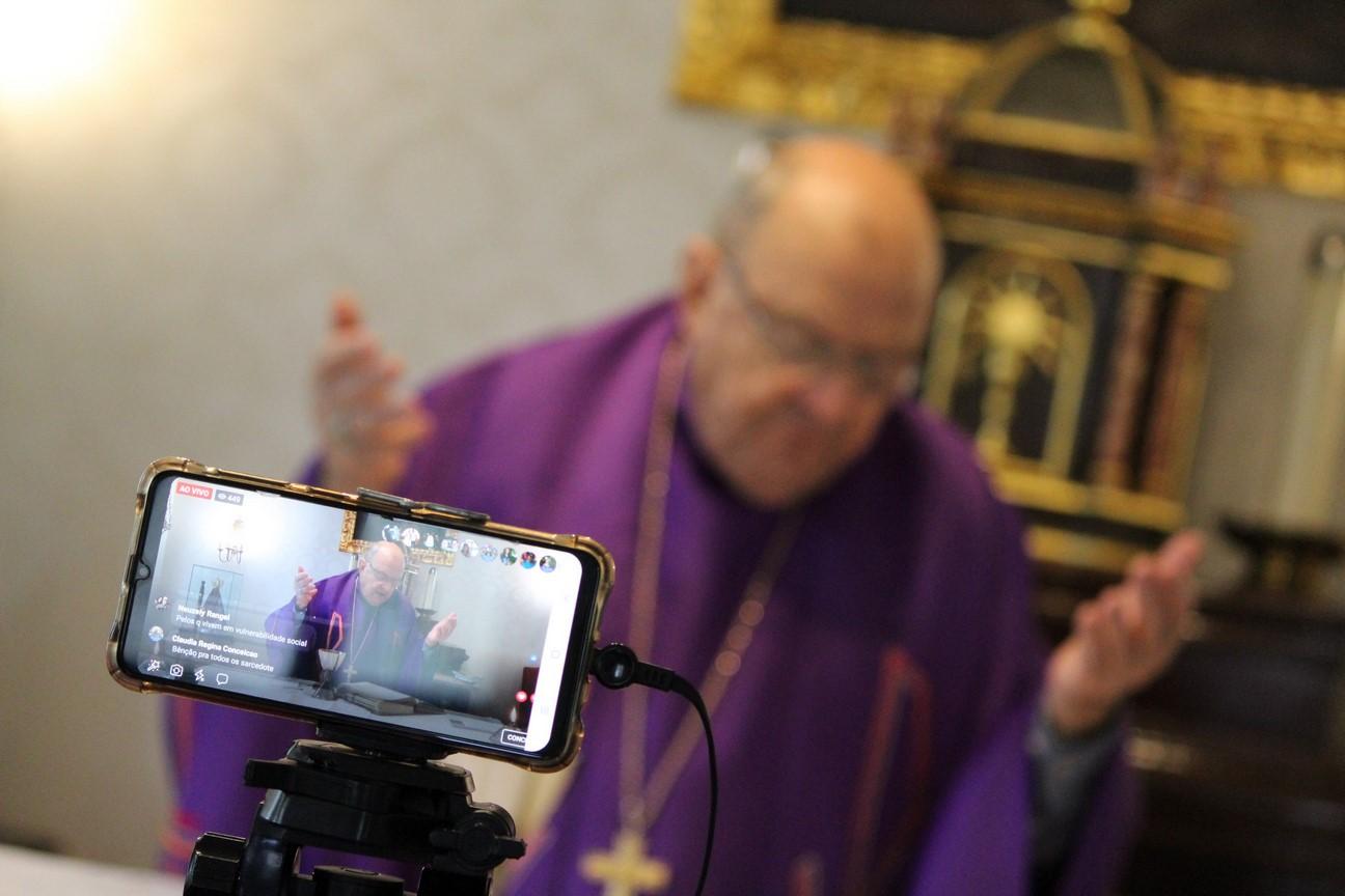 A transmissão de uma missa ao vivo (Divulgação)