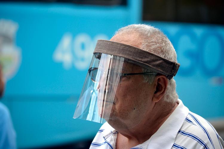 Homem com face shield na rua (Foto: Henrique Pinheiro)