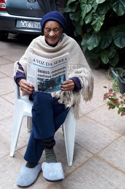 Dona Detinha lê A VOZ DA SERRA