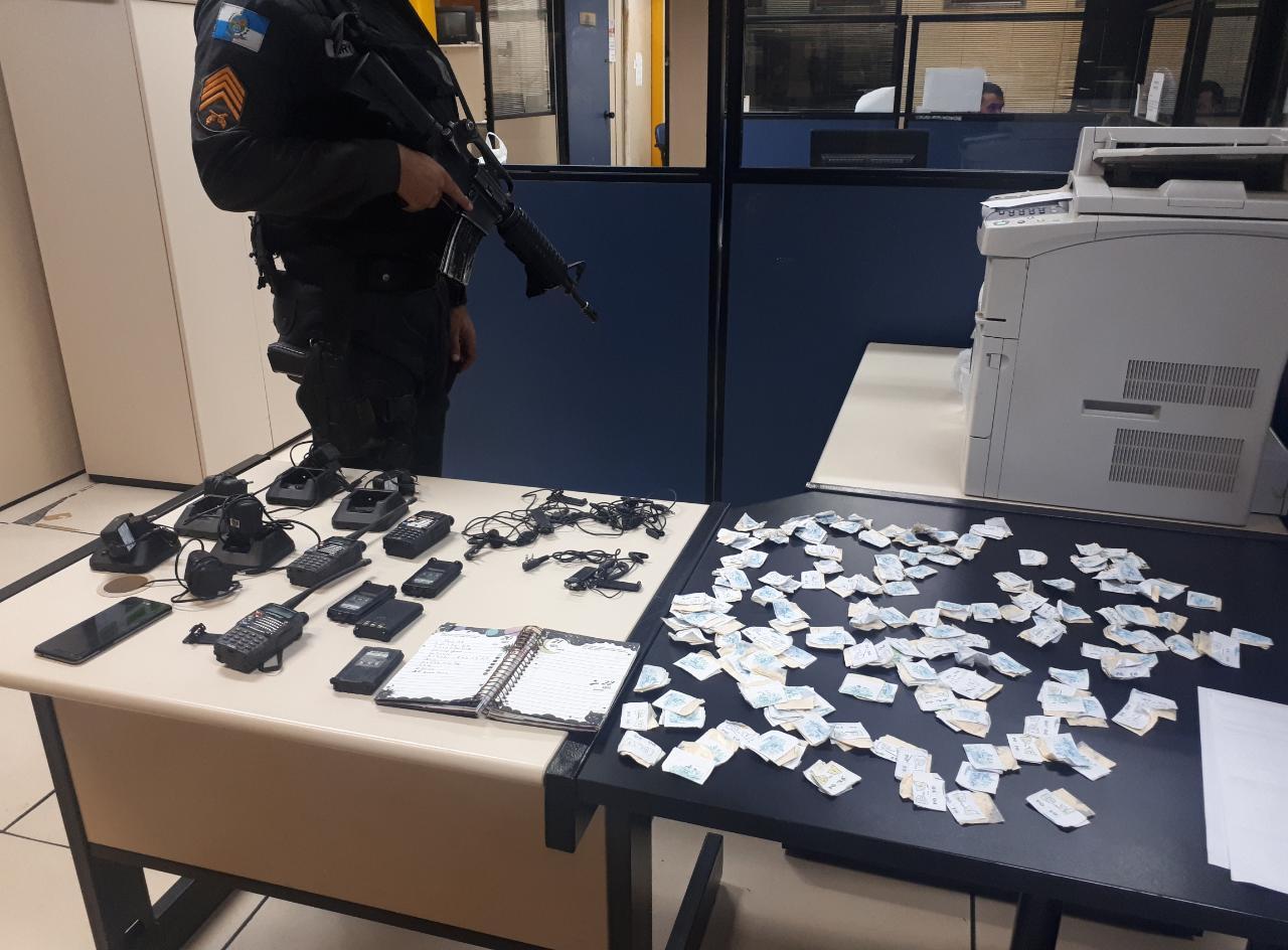 Rádios e drogas apreendidos em recente operação policial com troca de tiros no Alto de Olaria (Foto: 11 BPM)