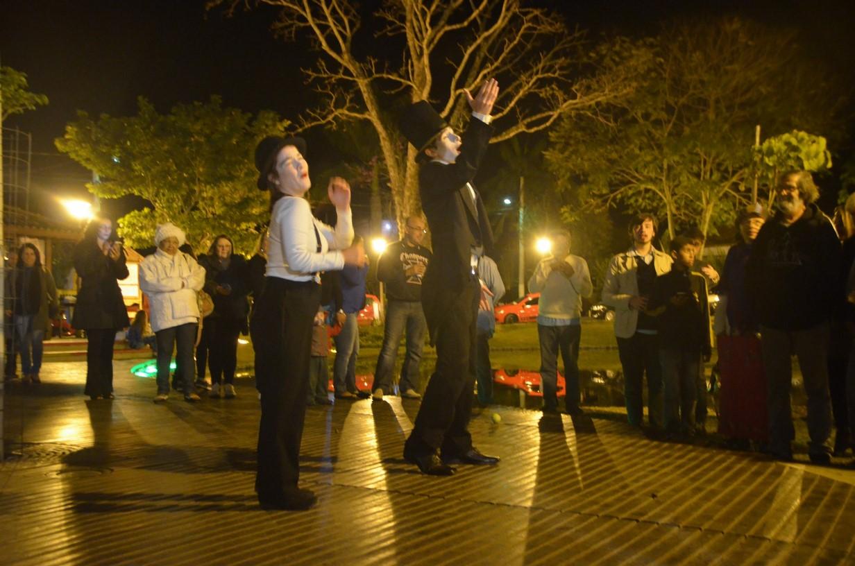 Teatro na praça, uma das atrações do Lumi-ARTE em agosto passado (Fotos de divulgação)