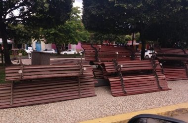 Os bancos da praça de Duas Barras virados para cima (Foto de leitor)