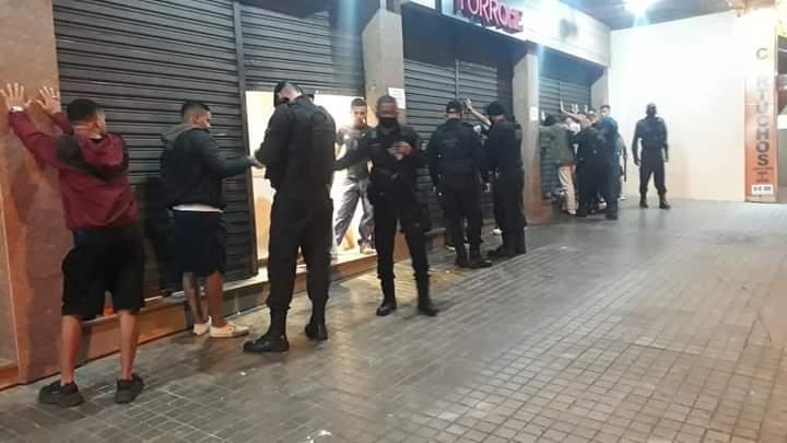 Agentes revistam rapazes na Rua Monte Líbano (Fotos de leitores)