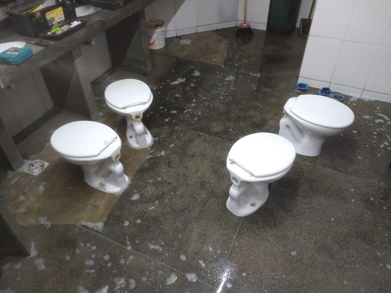 Vasos sanitários tirados de suas instalações (Fotos: Faol)