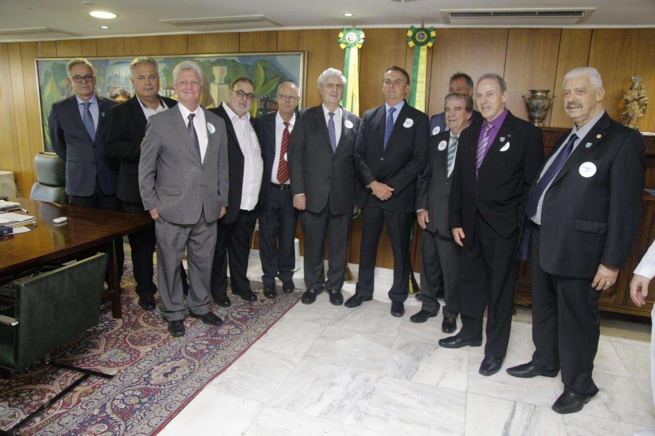 Os empresários reunidos com Jair Bolsonaro (ao centro) - Foto: Paula Johas/ Firjan