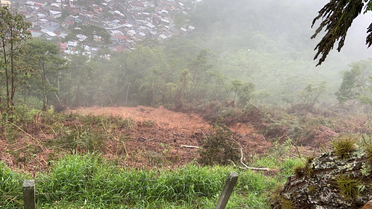 A encosta após o deslizamento (Fotos de leitores)