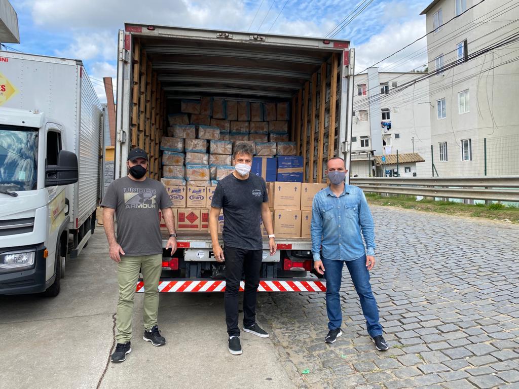 Os empresários Antônio Maciel, Marcelo Porto e Rodrigo Bittencourt fazem a entrega