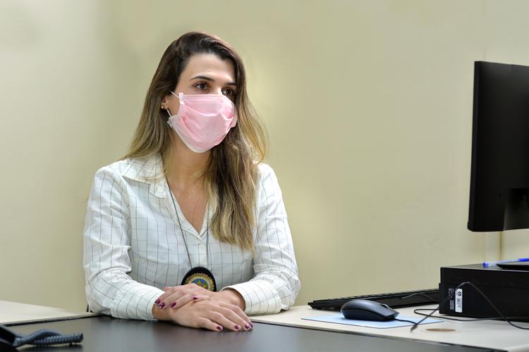A delegada Carla Ferrão, da Deam-NF (Foto: Henrique Pinheiro)