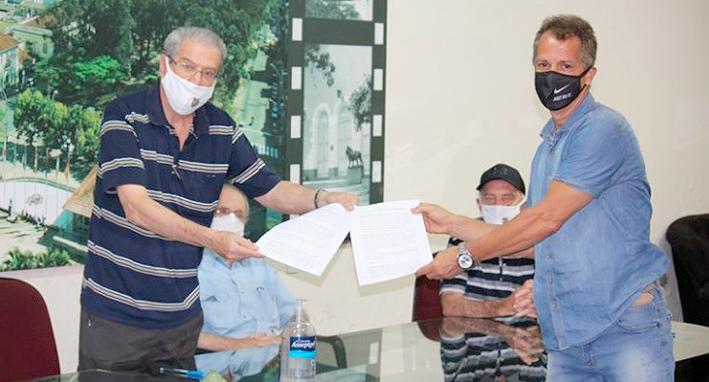 Bachini e Fajardo assinam o contrato: expectativa de fomentar o trabalho e descobrir novos talentos