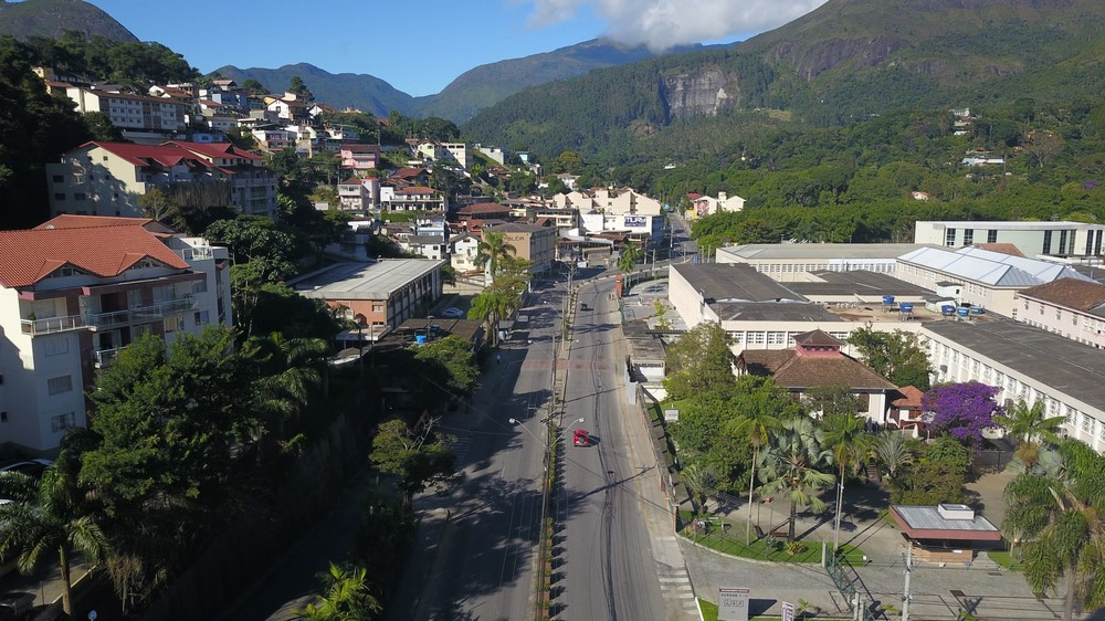 A Avenida Julius Arp vazia na manhã desta quarta (Fotos de Guilherme Botelho - por drone - e de Henrique Pinheiro - no chão)