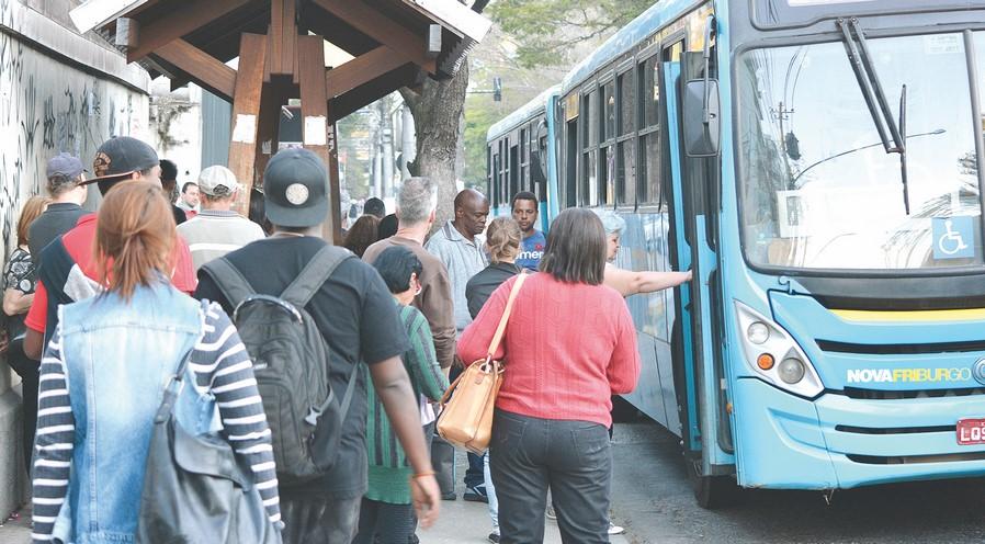 Passageiros pegam ônibus em Friburgo (Arquivo AVS/ Henrique Pinheiro)