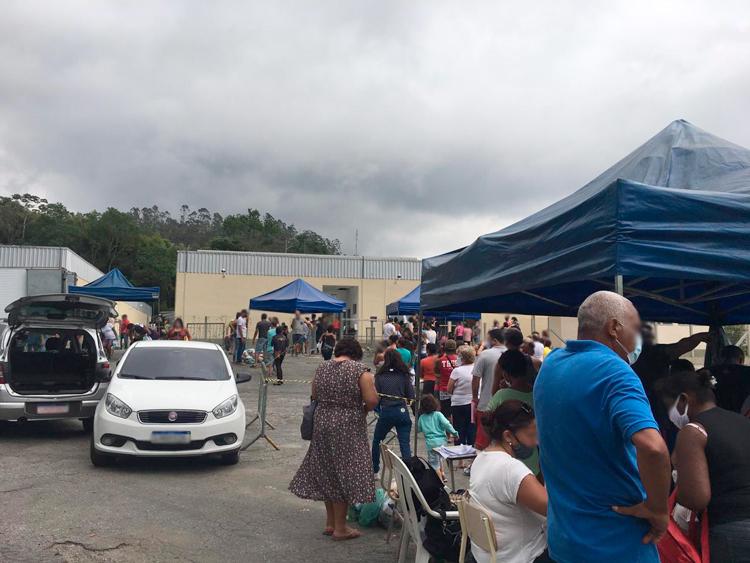 Distribuição de cestas leva multidão à Via Expressa