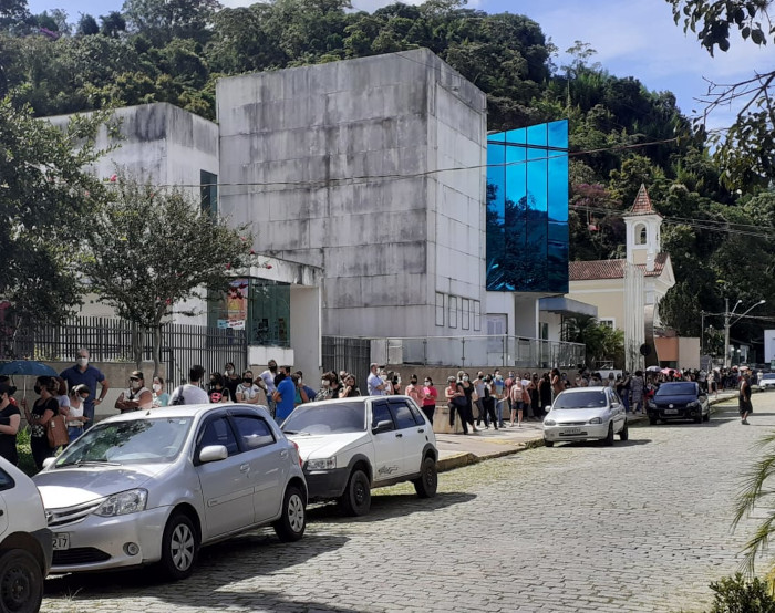 A fila da vacina na tarde desta quinta-feira (Foto: Adriana Oliveira)