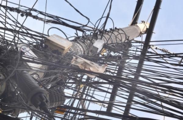 Emaranhado de fios em poste em Friburgo (Arquivo AVS)